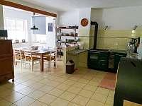 Jídelna s kuchyní - chata k pronájmu Dolní Žďár