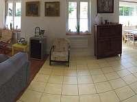 Místnost s obývacím pokojem, jídelnou a kuchyní - chata ubytování Dolní Žďár