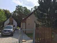 Pohled na chatu ze silnice - k pronájmu Dolní Žďár