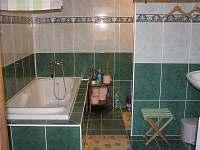 koupelna s vanou a WC + pračka - přízemí