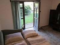Letní ložnice s krbem - přízemí - samostatný vchod (francouzské okno) + WC