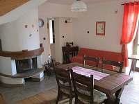 Společenská místnost s krbem + francouzské okno do dvora- přízemí