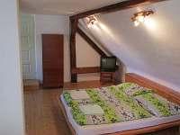 Velká ložnice v patře - dvoulůžko + 2 lůžka + TV