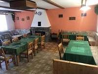 Chalupa Anna- společenská místnost s krbem - ubytování Loučovice