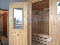 Sauna - východ k bazénu a vchod do koupelny v přízemí