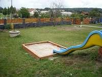 Zahrada - klouzačka a pískoviště, sloupky - hřiště