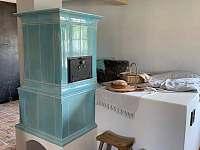 Kachlová kamna v obytné místnosti - Velké Nepodřice