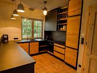 kuchyně v jídelně - chalupa k pronájmu Velké Nepodřice