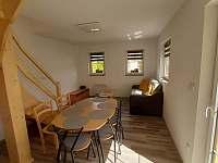 Jídelní kout s obývacím pokojem - pronájem chaty Vitějovice