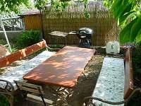 Posezení na zahradě s grilem