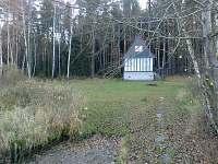 pohled na chatu z mola