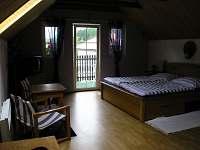 modrý pokoj s balkonem