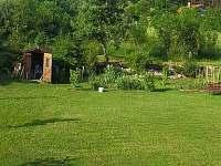 Výhled na zahradu a okolí