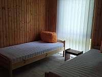 ložnice se dvěma lůžky - chata k pronajmutí Neznašov