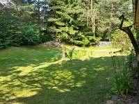Prostorná zahrada s jezírkem