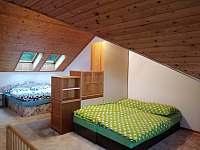 ložnice v podkroví s další manželskou postelí -postýlka - chata k pronajmutí Lipno nad Vltavou - Slupečná