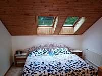 ložnice v podkroví s manželskou postelí - chata ubytování Lipno nad Vltavou - Slupečná