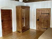 Obývací pokoj - ložnice - chalupa k pronájmu Benešov nad Černou