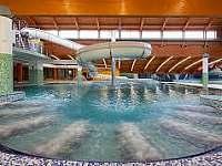 Vnitřní bazén s vířivkou a tobogánem