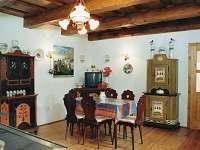 Světnička mezi dvěmi ložnicemi, společnou koupelnou a kuchyňkou - chalupa k pronajmutí Olší