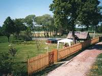 Zahrada za chalupou s bazénem