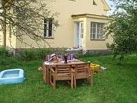 Posezení u vilky v Horosedlech - vila ubytování Horosedly