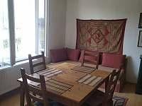 Společenská místnost s rozkládacím gaučem 2 - vila ubytování Horosedly