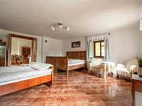 Větší ložnice s manželskou postelí - chalupa ubytování Vlčetínec