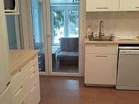 kuchyň, pohled k obýváku - pronájem chaty Landštejn