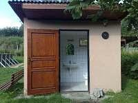 Sociální zařízení ,sprchový kout,umyvadlo,toaleta - pronájem chaty Frahelž - Lomnice nad Lužnicí