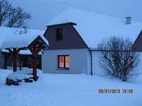 Chalupa v zimě navečer - k pronájmu Doubrava