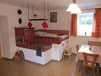 Kachlová kamna v kuchyni - chalupa k pronajmutí Doubrava