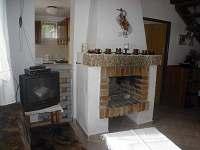 obývací pokoj s krbem, sedací souprava