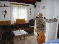 přízemní obývací pokoj s krbem
