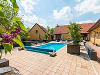 Areál disponuje velkým vyhřívaným bazénem 4x8 m - chalupa ubytování Chmelná 3