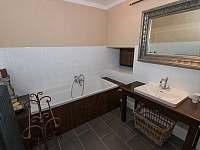 Červená královská ložnice- vana, sprchový kout - Chmelná 3