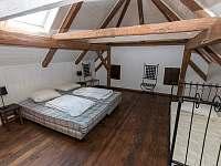 Panský apartmán - 8 osob, vlastní vybavená kuchyně,koupelna, litinová kamna - chalupa k pronajmutí Chmelná 3