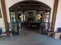 Rezidenční sál a obývací pokoj jsou dominantou celého objektu - chalupa ubytování Chmelná 3