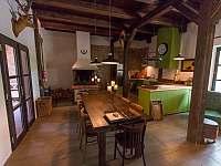 Společná kuchyně s krbem - chalupa k pronajmutí Chmelná 3