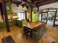Společná prostorná kuchyně s krbem - chalupa k pronájmu Chmelná 3
