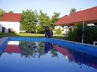 bazén, pohled na dvůr