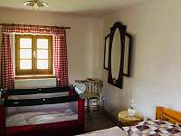 ložnice v přízemí - roubenka k pronájmu Římov - Dolní Stropnice