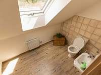 podkrovní záchod s umyvadlem