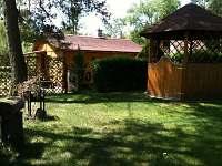 zahrada s altánkem a grilem