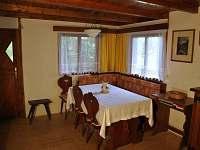 Společenská místnost v přízemí s jídelním a kuchyňským koutem.