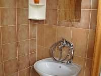 Sprchový kout s umyvadlem.
