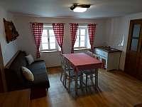 Kuchyně s rozkládacím gaučem - pronájem chalupy Dolní Bukovsko