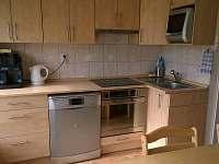 kuchyňská linka A, tichá myčka, trouba s párou, indukční varná deska, mikrovlny