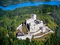 zřícenina hradu Landštejna, pod kterým je vila stranou všech turistů v soukromí