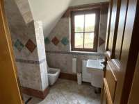 Koupelna se sprchou a toaletou v patře - chalupa k pronajmutí Varvažov